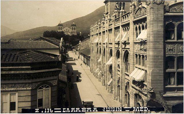 Edificio Gonzalo Mejía (Hotel Europa y Teatro Junín) en 192...  Autor: Gonzalo Escovar © Biblioteca Pública Piloto de Medellín para América Latina