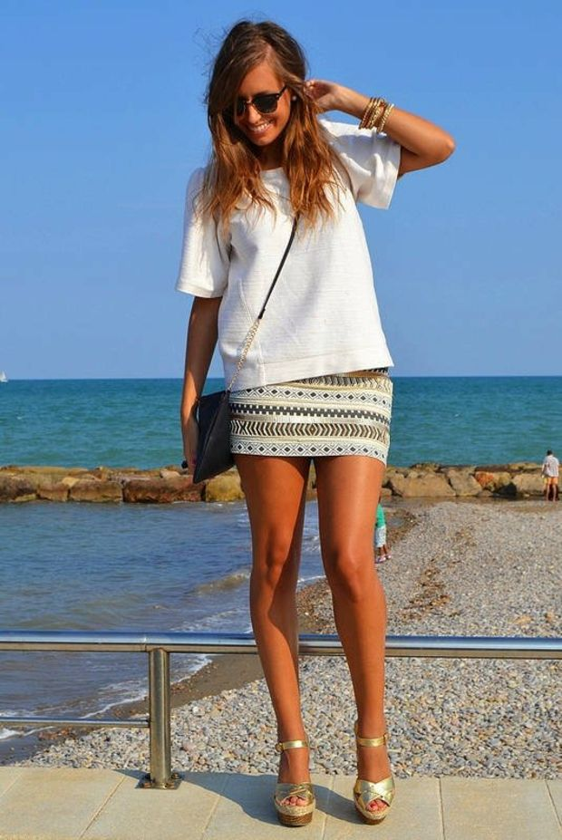 jupe courte avec t-shirt blanc