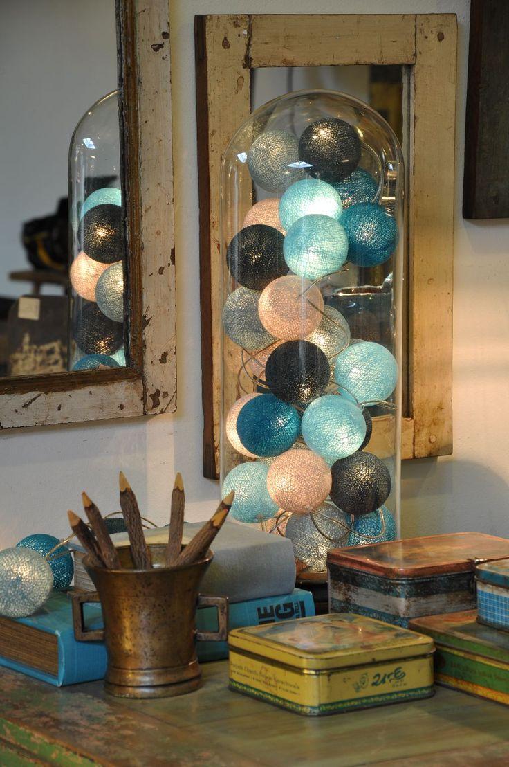 Happy Lights! Lichtgevende slingers met magisch gekleurde bollen. Daar word je blij van! De bollen van gekleurd katoendraad bestaan uit 100% natuurlijk materiaal. Doordat ze met de hand worden gemaakt, is iedere bol uniek. De bollen hebben een diameter van ongeveer 6 a 7 cm. Deze subtiele verschillen geven de lichtslinger extra charme.
