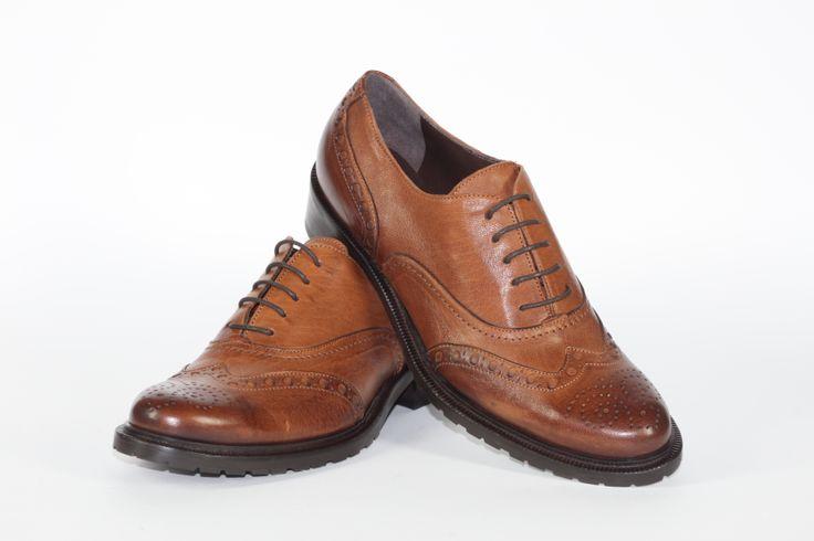 Daniele Tucci Shoes propone una Vasta Gamma di Colori per il Modello di Francesina Bassa. Calzature comode, con i lacci, un must have della stagione moda A/I 2013-2014. Color Cuoio; Fondo Roccia