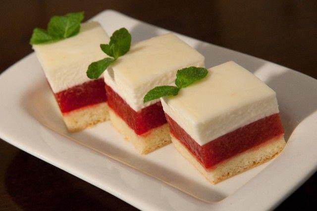И на закуску вот такое симпатичное мини пирожное состоящее из 3 слоев . 1 Бисквит Джаконда 2 Малиново-клубничный желейный слой 3 Мятный мусс с белым шоколадом…