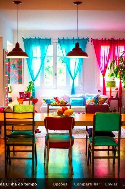 #cortinas coloridas e simples emolduram este ambiente junto com as #cadeiras #vintage coloridinhas...