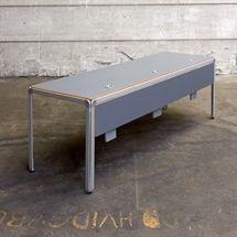 Montana bord i grå, med PC ophæng til 3 PCér, Kabelgennemføring til 3 PCér. Design: Arne Jacobsen Mål: L:225 x B:70 x H:72 cm.