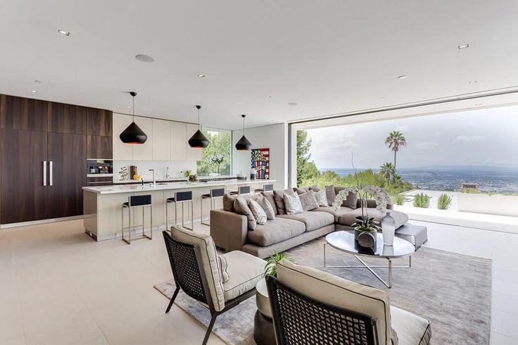 La pièce principale de cette belle maison neuve fraichement construite dans les alentours de Beverly Hills