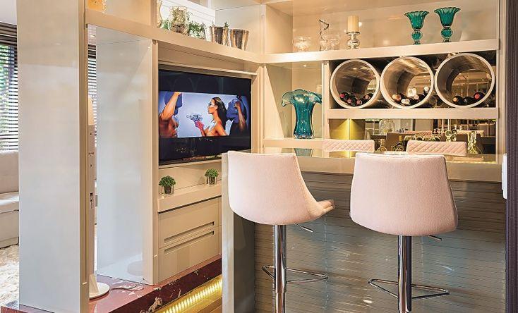 balcão de cozinha com bancos brancos
