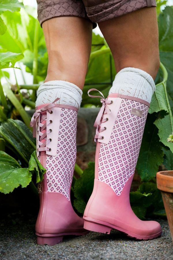Prachtige ultralichte retro Wellington laarzen, 30% lichter dan gewone Wellington laarzen en met extra flexibiliteit aan de bovenkant. De geknoopte roze linten en het elastische stukje aan de achterkant, geven de mogelijkheid om de laarzen aan te passen aan je benen.