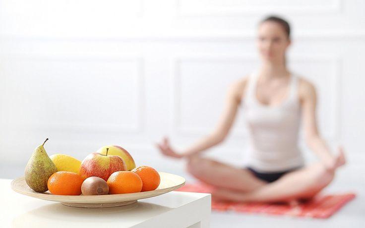 Опытные преподаватели йоги советует внимательно относиться к своему питанию в дни практик и придерживаться нескольких легких правил: 1. Обязательно выпевайте 1,5-2 литра воды в день.  2. За 30-60 минут до практики сделайте полезный и легкий перекус. 3. Через 1,5 часа после занятия йогой употребляйте пищу, богатую белком.  Выполняя эти рекомендации, вам удастся успешнее провести комплекс духовно-философских систем и легче настроить свой разум и тело к шавасане.
