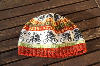 Cycle race beanie by Sandra Jäger. This version is by © Fasertussi on Ravelry.