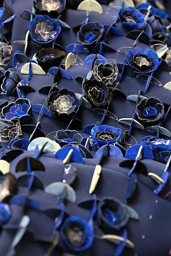 Хочу поделиться с вами находками с просторов сети: совершенно удивительные текстуры нарядов высокой моды, вышивки, создающие текстуры необычайного разнообразия. А уж какие только материалы не используются в этих вышивках! Бисер и стеклярус, пайетки самых разных форм и размеров, тканевые лоскутки, вырезанные из ткани цветки, стразы, металлические пластинки — всего не перечислить.