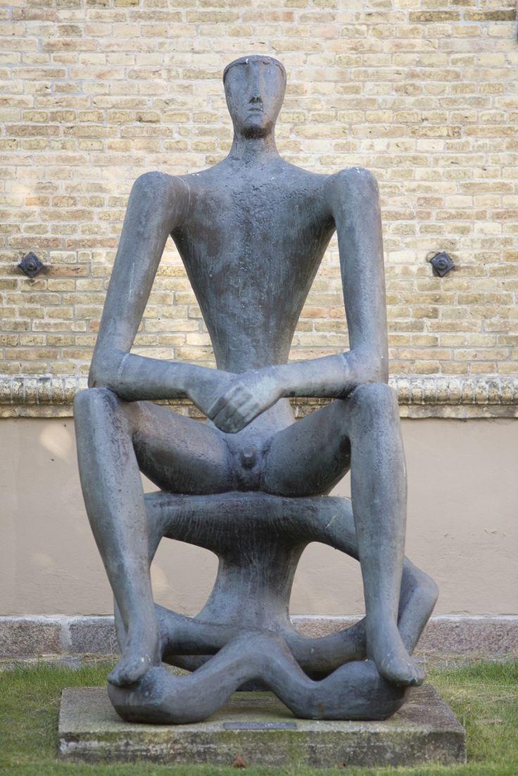 """#Schleswig Der """"Große Sitzende"""" ist eindeutig als männliche Figur zu erkennen, und doch wirkt sein Körper seltsam verformt. In Frontalansicht wirkt er beinahe wie eine klassische Männerskulptur, in der seitli..."""
