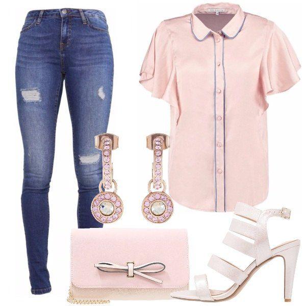 Camicia rosa, con colletto italiano, maniche con voilants e cuciture celesti da portare sopra ai jeans skinny blu, logorati. Sandali rosa, con tacco a spillo e cinturino alla caviglia. Pochette in similpelle rosa, tracolla dorata e fiocco decorativo. Orecchini in oro rosa, a cerchio con pendenti e pietre rosa e trasparenti