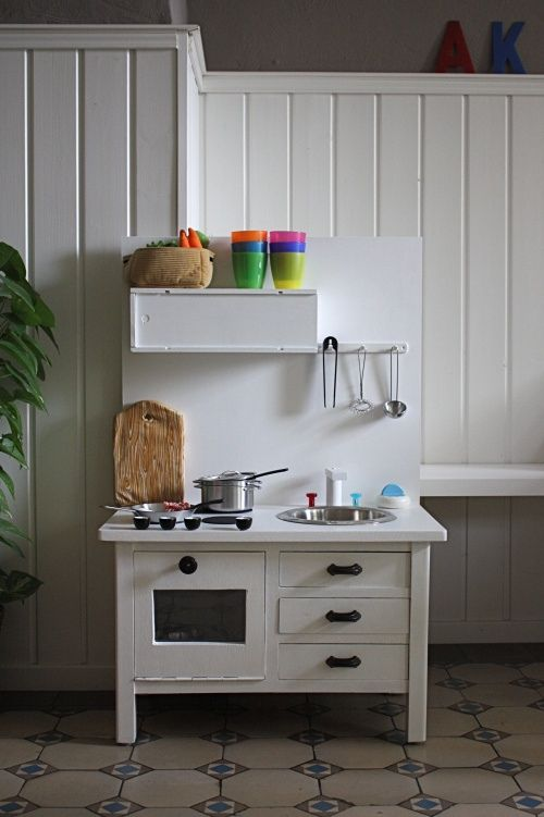I love this kitchen. Hub could totally make this!! Love how simple it is. Not too much going on.