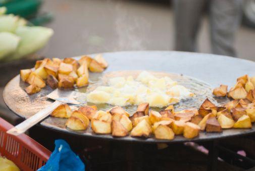 """Se você vai curtir a Virada Cultural – que acontece entre dos dias 17 e 18 de maio – pode ficar despreocupado, caso dê aquela fome. Chefs de cozinha estão preparando receitas exclusivas para o evento. Destaques para pratos como temakis, sanduiches de pernil, entre outros. Confira a lista. Ribeiro de Lima- O Mercado Feira...<br /><a class=""""more-link"""" href=""""https://catracalivre.com.br/sp/virada-cultural/gratis/virada-cultura-2014-feira-gastronomica-chefs-na-rua-e-muito-mais/"""">Continue lendo…"""