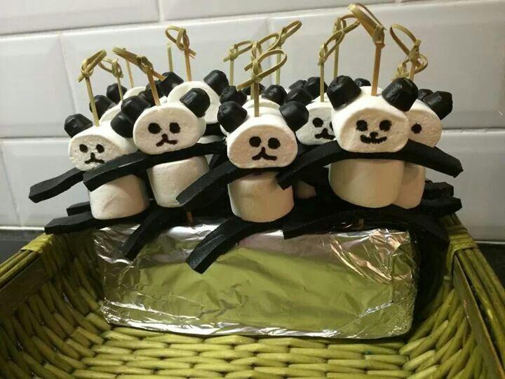Panda beren; prikkertje meer daarp 2 spekkies. 2 trekdrop voor armen en verheven en 2 kokindjes als oren. Gezicht erop getekend met eetbare inkt.