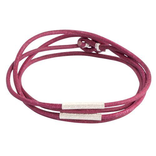 Rødt læderarmbånd med sølvrør til mænd med kulør - perfekt til dig der gerne vil tilføje din stil lidt farve med et råt twist.  Pris: 699 kr.