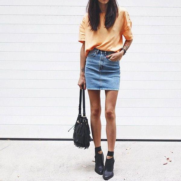 Look de saia jeans com t-shirt laranja.