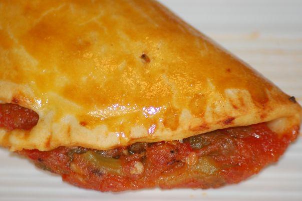 Recette pied noir et méditerranéenne - La coca Pied Noir à la frita : Préparer la pâte en mélangeant la farine, le sel et l'huile. Vous devez obtenir une pâte homogène. Laisser reposer au moins 30 minutes. Couper les poivrons en lamelles et les tomates en cubes....
