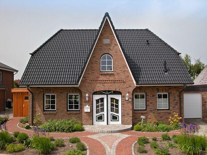 Friesenhaus mit ländlichem Charme und großem Vorgarten von ECO System HAUS