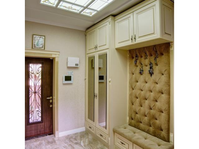 Дизайн прихожей с витражным потолком в доме: фото