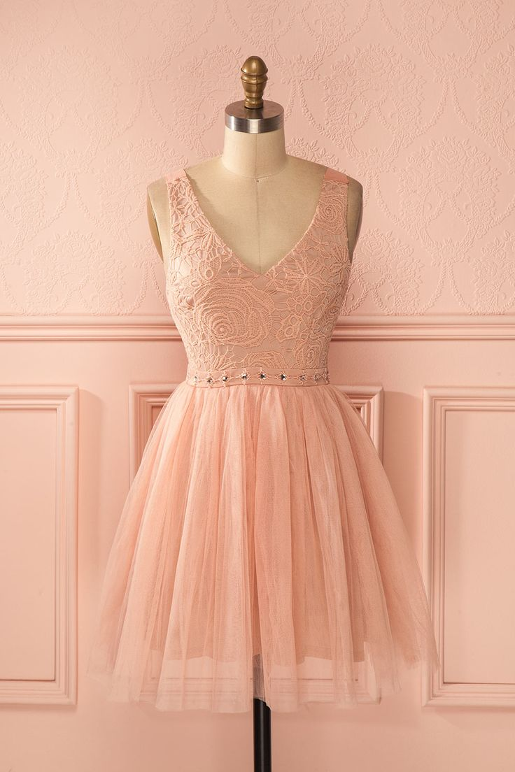 Une fois les ballerines vaporeuses coiffées et maquillées, l'émouvant spectacle pourra commencer ! Once the misty ballerinas' hair and make-up will be done, the show will begin! Dusty pink lace and tulle beaded dress www.1861.ca
