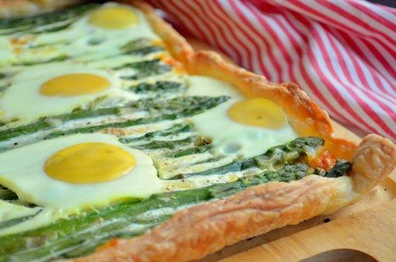 Быстрый пирог со спаржей и яйцами