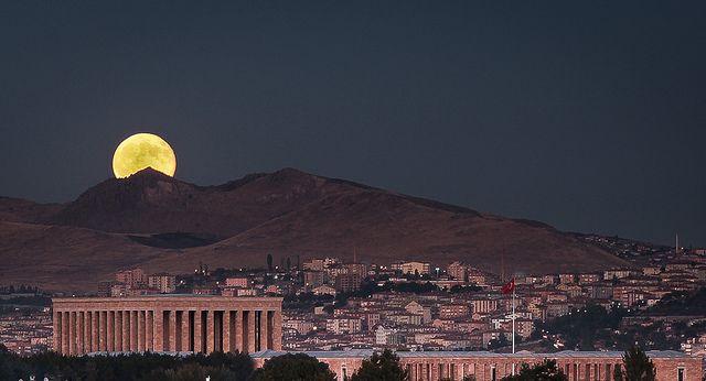 13.eylül.2011 FULL MOON - Harvest Moon  Ay doğumu - Anıtkabir  DENEME - 1  DETAYLAR: Dolunayın doğum saati ve yörüngesi önceden hesaplandı. Google map'de Anıtkabir ve doğum yeri görebilecek nokta tespit edildi. Yarım saat önce gidilierek hazırlıklar yapıldı. (Tripod, kahve vs...) 200mm f:32 ile uzun pozlama yapılırken ayın doğumu kahve yudumlanarak keyifle izlendi... —  Anitkabir - Ankara - Turkey by vaRiax_, via Flickr