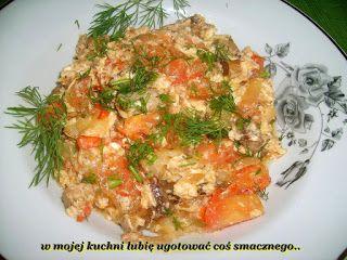 W Mojej Kuchni Lubię..: jajecznica na schabie z pomidorami i cebulą z solą...