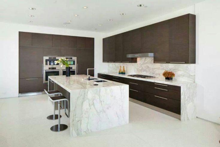 Cocina moderna con isla central combinando las puertas en color oscuro y la encimera en tonos - Cocinas modernas con islas ...