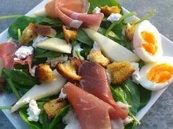 Spinazie salade met parmaham, ricotta en peer