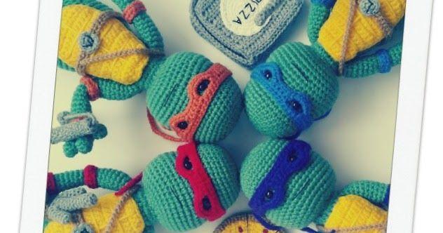 Aprende a tejer estas graciosas Tortugas Ninja Amigurumi con el patrón original de A[mi]dorable Crochet traducido completamente al español por Los Enredos de Lyanne.