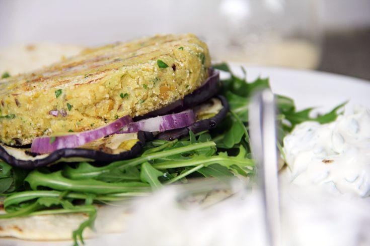 Un burger vegetariano di ceci, buono e sano senza dover passare per forza dal macellaio. Una ricetta assolutamente da portare a tavola.