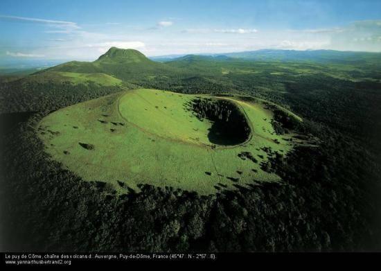 Le puy de Côme, chaîne des volcans d'Auvergne, Puy-de-Dôme - France  - François de La Rochefoucauld : Il n'y a que ceux qui sont méprisables qui craignent d'être méprisés. Non c'è che la gente spregevole che può temere d'essere dispregiata.
