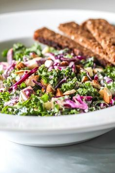 Mættende, knasende sprød og frisk salat med grønkål, rødkål og hytteost. Spis den som tilbehør eller brug den i en flæskestegssandwich. Find opskrift og billeder her.