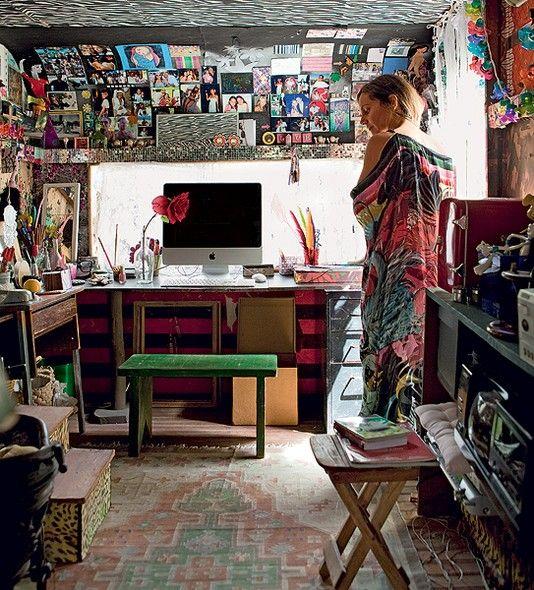 """Um trailer virou o escritório da florista Karin Farah. Transformar a geringonça em espaço de trabalho deu... trabalho. Já decorar foi brincadeira. """"Colei nas paredes barras de vestidos estampados"""", conta. Amigos e familiares compõem o painel de fotos"""
