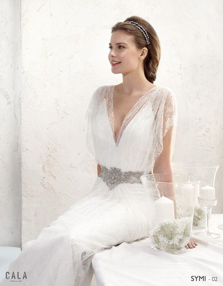 SYMI: Vestido confeccionado en encaje chantilly, con escotes a pico y hombros drapeados. El centro y laterales de la falda fruncido http://www.villais.com/es/vestidos-de-novia-2016/cala/symi/ ++ CustomMade ++