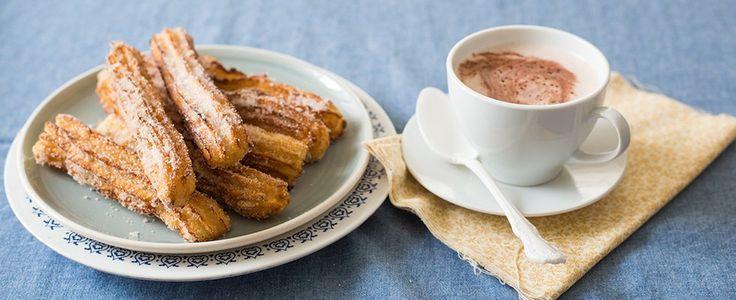 Dalla Spagna la ricetta dei churros: dolci fritti, ideali da preparare in occasione del Carnevale, scopri come cucinarli con la ricetta originale.