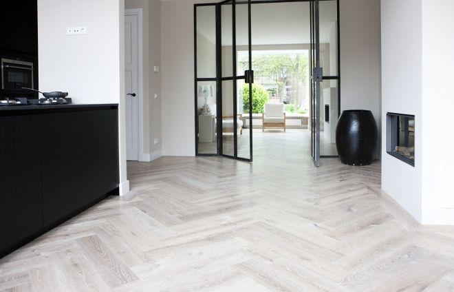 Houten visgraat vloer in de keuken via Uipkes vloeren