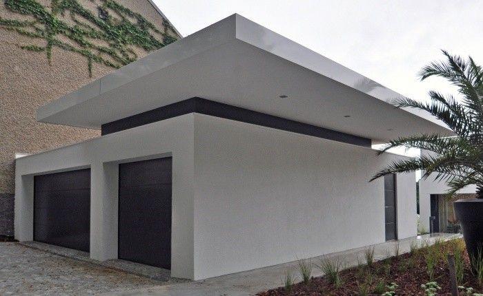 Der Flachdachaufbau besteht aus einer Stahlbetondecke, Dampfsperre, Gefälledämmung und UV-beständigen FBO-Bahn. Eine Kiesschüttung oder Dachbegrünung gewährleisten einen optimalen Oberflächenschutz. Die Dachentwässerung erfolgt innenliegend. Unsere Fachkompetenz für Flachdachabdichtungen mit Kunststoffdachbahnen ist TÜV-zertifiziert.