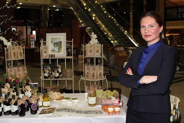 La Mozaika markasının kurucusu Zeytinyağı Uzmanı Fulya Kavlak, mucize besin zeytinyağını anlattı. Yeme-içmeden sağlık ve güzelliğe kadar birçok alanda kullanılan zeytinyağı başlı başına bir dünya. Süt ile karıştırıldığında anne sütüne en yakın besini elde edebildiğimiz zeytinyağı, güzellikte de yoğun olarak kullanılıyor. http://mayatta.com/fulya-kavlak-zeytinyagi-bir-seruvendir/
