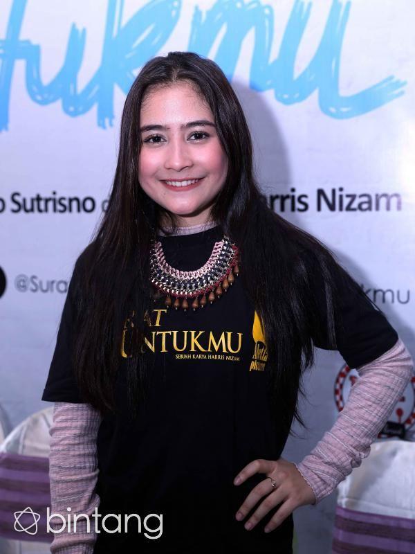 Prilly didaulat menjadi pemeran utama film Surat Untukmu bersama Tio Pakusadewo yang rencananya akan memulai proses syuting 20 Januari 2015 mendatang. Diakui Prilly, meski tak dibayar pun dia siap melakoni perannya di film tersebut, mengingat cerita dan aktor yang terlibat sangat menarik. Ini bakal menjadi pengalaman pertamanya beradu akting dengan aktor kawakan sekelas Tio Pakusadewo. #PrillyLatuconsina #Aktris #SuratUntukmu #Bintang #Indonesia