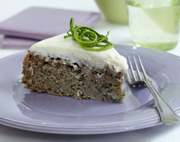 Squashkage minder lidt om gulerodskage. En saftig kage fyldt med friskrevet squash, som gør den virkelig lækker. Og endnu bedre med flødeost på toppen!
