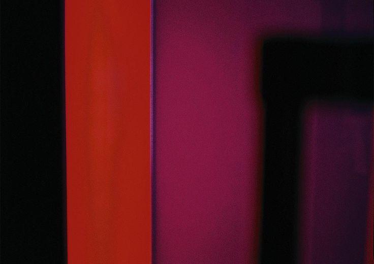 Arnaud de Gramont, photographie architecturale Naples, Ce projet In Situ se trouve sur un bateau dont les voiles sont pourpres. Couleur réservée aux puissants chez les romains et synonyme du sang, symbole de vie et signe de pouvoir temporel et spirituel. Elle fut également utilisée par Cléopâtre pour les voiles de ses bateaux. La photographie est un rappel du mouvement du vent dans les voiles.
