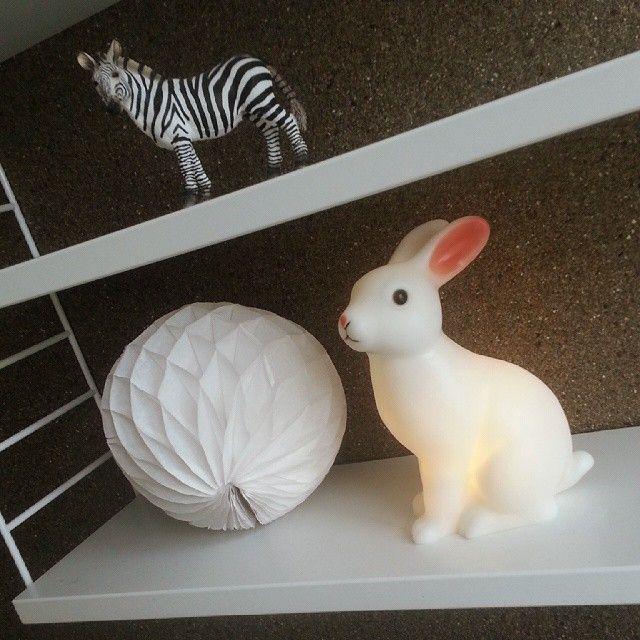 """""""Little bunny"""" er den perfekte nattlampe å ta med på tur - lampen er batteridrevet. Uansett om dere skal på hytta, til utlandet eller sove på hotell, tar lampen liten plass i bagasjen. FinSTIL- nettbutikk med interiør og design."""