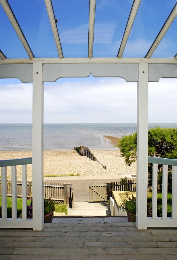 The Artist's Beach House, Whitstable, Kent. UK Available to rent... i wanna rent it!!