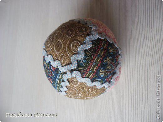 Хотьковский тряпичный мячик, описанный в книге известной кукольницы и искусствоведа Г. Дайн «Тряпичная кукла. Лоскутные мячики» понравился мне с первого взгляда. Мячик выглядит нарядным, по – домашнему уютным, его приятно держать в руках.  Плотно набитый синтепоном, он легок и прыгуч, а «гремелка», спрятанная внутри, привлекает своим необычным звуком фото 1