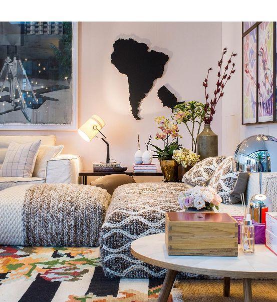 O ambiente assinado por Marina Linhares na Casa Cor São Paulo é aconchego puro. Tons claros, texturas e muitos tecidos macios transformam a sala de estar em um lugar do qual não temos vontade de sair.