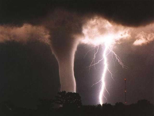 Een tornado richtte enorme schade aan in Oklahoma, maar het natuurgeweld levert welindrukwekkende beelden op.