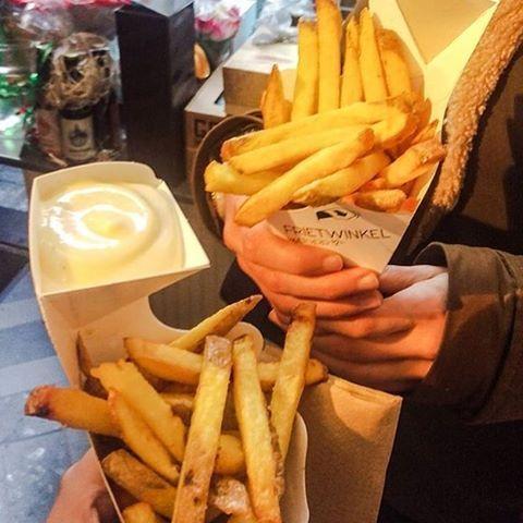Vanavond opende de #frietwinkel eindelijk zijn deuren in Den Haag! Wie zegt dat patat niet culinair kan zijn? Hier vind je huisgemaakte frietjes met pompoenmayonaise en bietenballen! Benieuwd? Het verslag van de opening staat binnenkort online :-).. Goodnight!