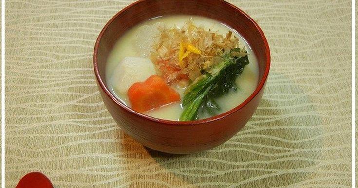 京都のお雑煮は白味噌をたっぷり使ったお雑煮です。おもちは丸もちで焼かないんですよ。