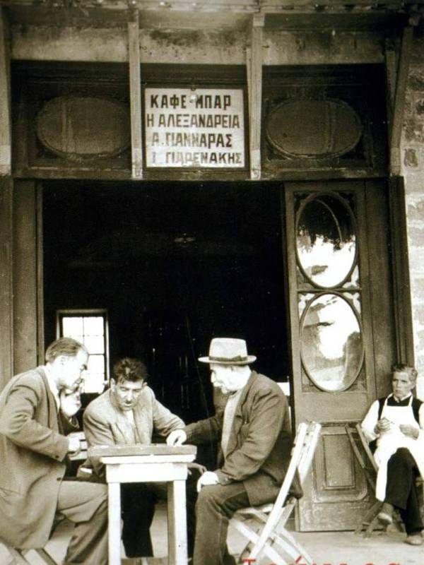 Aριστερά σταθμευμένες σούστες και κάρο και δεξιά δύο ιππήλατα τραμ στην πλατεία Συντάγματος, τις αρχές του 20ου αιώνα. H ...